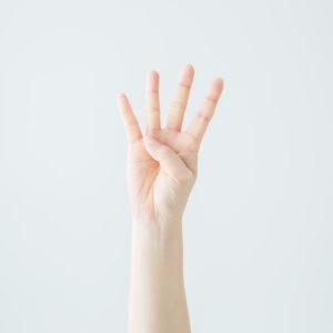 Vier Finger einer Hand.