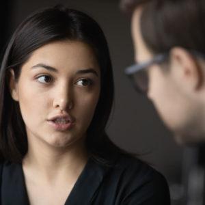 Frau bei Verhandlungen (Symbolbild)