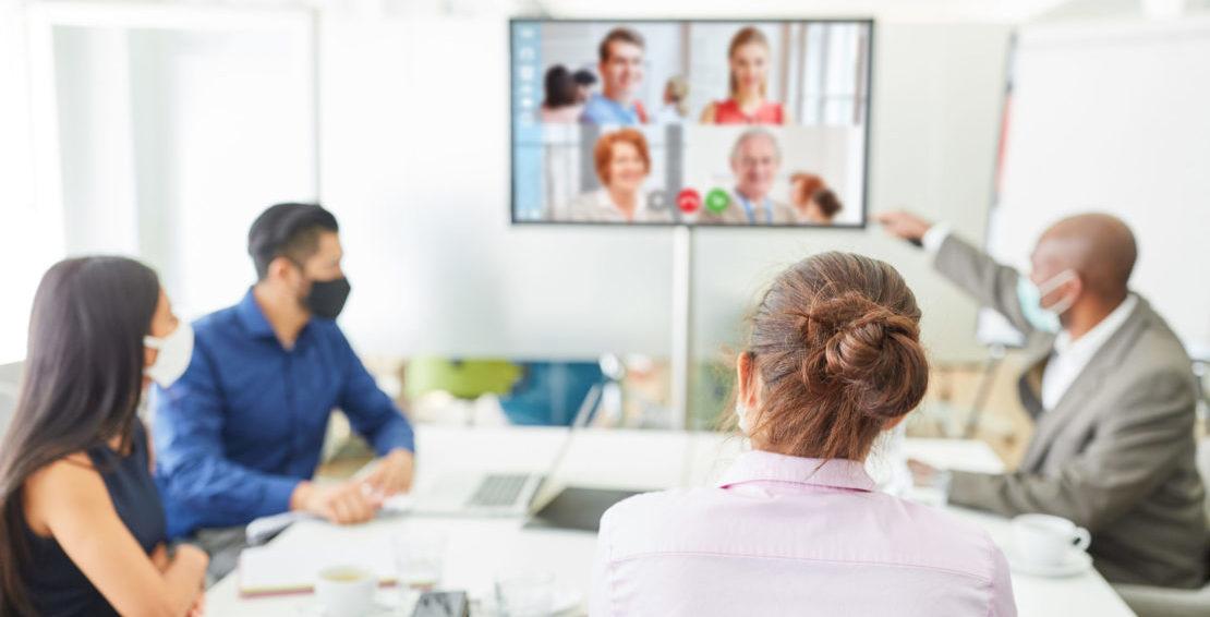 Sitzung im Besprechungsraum mit Video-Call