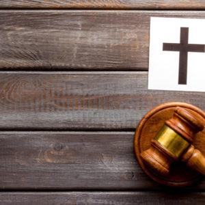 Kirchenrecht und staatliche Justiz (Symbolbild)