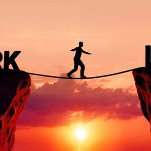 Person balanciert zwischen Work und Life.